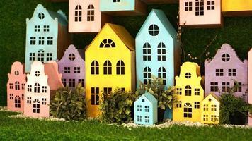 små pappfärgade hus gjorda för hand. foto