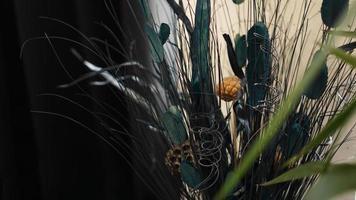 vacker och känslig bukett med torkade blommor i interiören foto