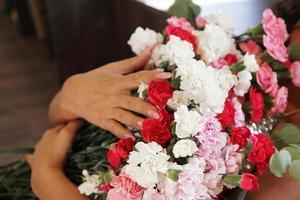 kvinna som håller en vacker färgrik blommande blombukett foto