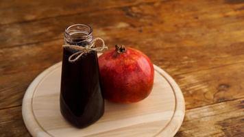 mogna granatäpplen med juice på träbakgrund. foto