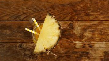 ananasjuice på en träbakgrund. en glasburk med juice foto