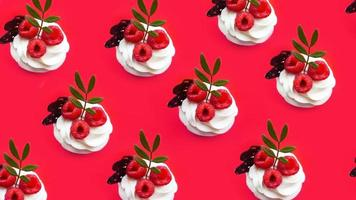 muffins med smörkräm på en rosa bakgrund foto