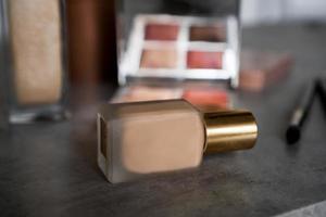 sminkprodukter för hudton. foundation, ögonskugga foto