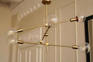 loftkrona med lökar inomhus foto