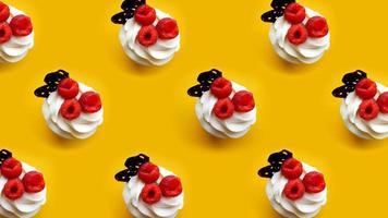 muffins med smörkräm på en gul bakgrund foto