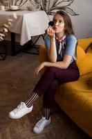 makeupartist med borstar som sitter i soffan foto