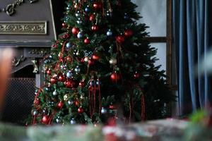 julpynt, julgran med färgade bollar foto
