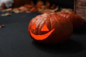 halloween pumpa framför skrämmande mörk bakgrund. foto