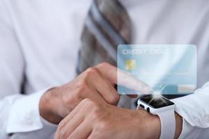 människor som använder smart klocka för betalning kreditkort med teknik foto
