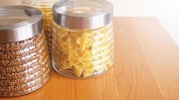 pasta och bokhvete. hälsosam matlagning i glasbehållare foto