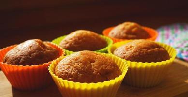 enkla mini -muffins i färgglada silikonbagerier. ledigt utrymme. närbild foto