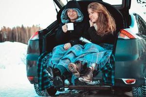 en man och en kvinna på lastbilen i bilen. ett lyckligt par foto