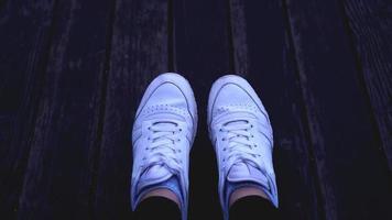 mode hipster cool kvinna med vita sneakers, vintage tonade färger foto
