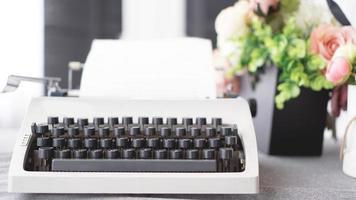 vintage skrivmaskin med papper. retro maskinteknik foto