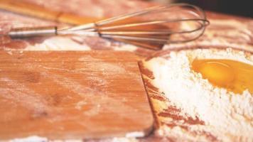 ingredienser för bakning av hembakat bröd. ägg, mjöl. foto