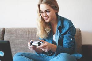 tjejspelare leker med trådlös gamepad foto