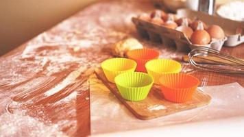 ingredienser för bakning av hembakat bröd. ägg foto