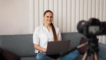 leende kvinnliga bloggare spelar in en ny video foto