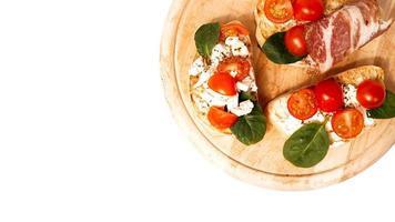 bruschetta serveras vanligtvis som mellanmål eller förrätt foto