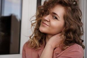porträtt av en ganska glad kvinna foto
