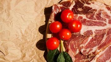 köttskivor och körsbärstomater. Ingredienser foto