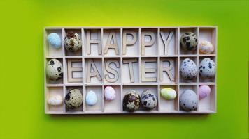 påskägg. glad påsk text. semester dekoration grön bakgrund foto