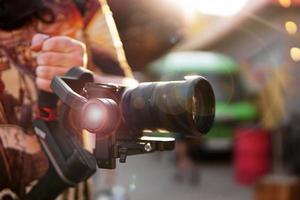 en man med kamera och objektiv. fotokamera för videoinspelning. foto