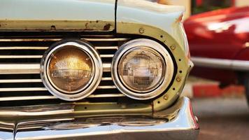 retro bil. gammal veteranbil. strålkastare på nära håll foto