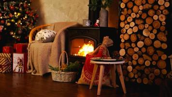 vackert semesterinredda rum med julgran foto