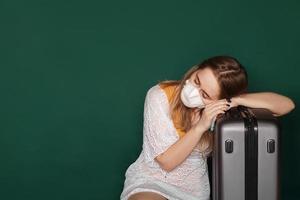 resenär med en medicinsk mask i ansiktet väntar foto