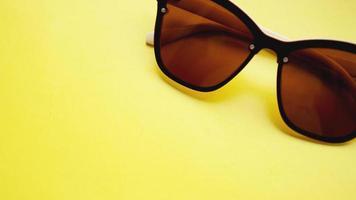 studio skott av solglasögon. sommaren kommer koncept foto