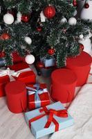 massor av snygga inslagna julklappar foto