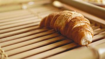 färska croissanter på rustik träbakgrund foto