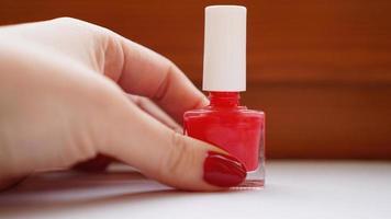 manikyr. vackra välskötta kvinnors naglar med rött nagellack foto