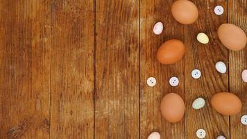 ägg på en rustik träbakgrund med kopieringsutrymme för text. foto