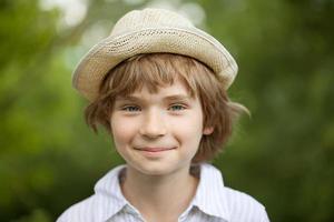 pojke i den randiga skjortan vävd hatt foto