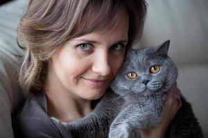 ganska ung kvinna med en katt foto