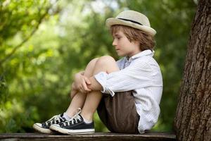 blond liten pojke foto