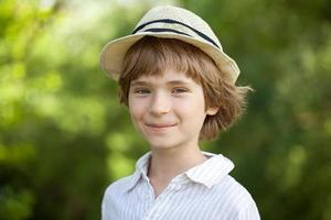 leende pojke i den randiga skjortan foto