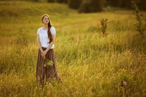 vacker kvinna med en bukett blommor foto
