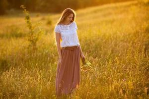 glad tjej med en bukett blommor foto