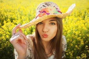 lilla flickan ger oss en kyss foto