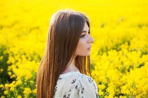 härlig tjej i sommarklänning foto