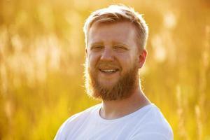 glad man med ett stort rött skägg foto