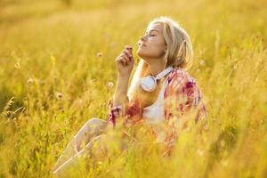 glad tjej som luktar en blomma foto
