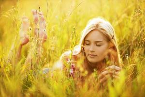 vacker ung kvinna med slutna ögon foto