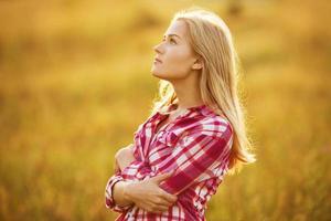 vacker blond tjej i skjortan tittar upp foto