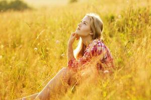 glad tjej som sitter och drömmer foto