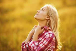 glad vacker tjej som drömmer om något foto