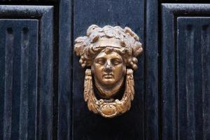 antikt dörrhandtag på en blå dörr foto